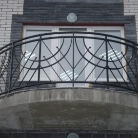 Garde-corps en acier sur le balcon ovale