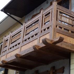Garde-corps en bois sur le balcon d'une maison rurale