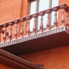 Balustrade de balcon en plastique dans une maison en brique