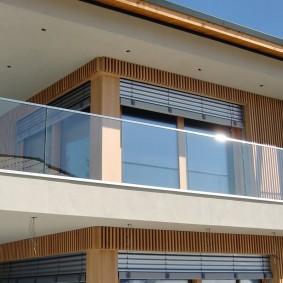 Garde-corps en verre d'un long balcon