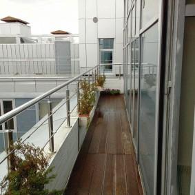 Long balcon de petite largeur