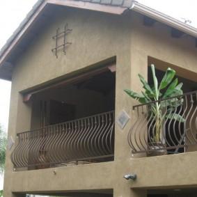 Clôture métallique de la terrasse de la maison