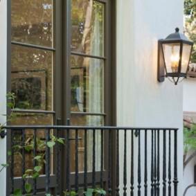 Lampe de jardin sur le mur d'une maison privée