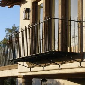 Balcon en métal sur la façade d'une maison de campagne