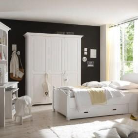 Armoire blanche sur fond de mur sombre