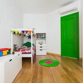 Porte verte dans une chambre d'enfant