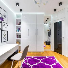 Décor d'une chambre d'enfant avec mobilier blanc