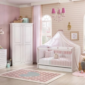 La combinaison de papier peint avec des meubles blancs dans la chambre des enfants
