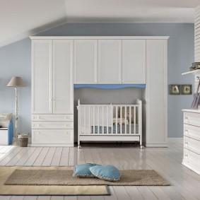 Armoires blanches dans la chambre d'un nouveau-né
