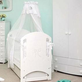 Auvent blanc sur lit bébé