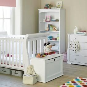 Boîte pour jouets pour enfants devant la tête de lit