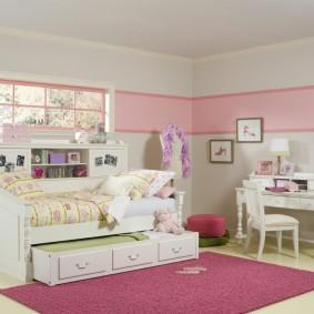 Papier peint rose dans la chambre d'une petite fille