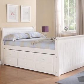 Lit pratique avec tiroirs confortables