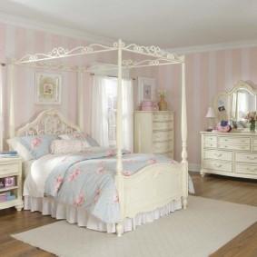 Cadre d'auvent sur lit d'adolescente