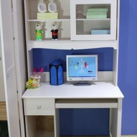 Bureau d'ordinateur dans une chambre d'étudiant