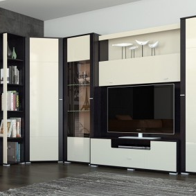 Mur noir et blanc dans un salon moderne
