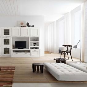Rideaux blancs dans une pièce lumineuse