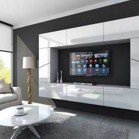 Mobilier blanc sur le mur gris de la salle
