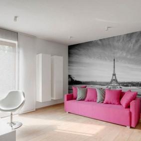 Canapé rose dans le salon avec papier peint photo