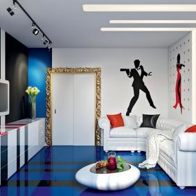 Meubles blancs sur le sol bleu du salon