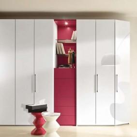 Armoires blanches avec portes battantes
