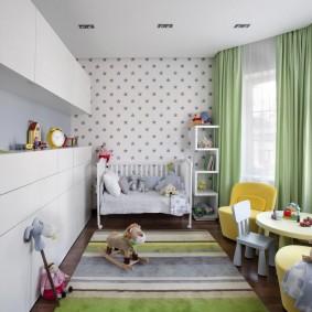 Rideaux verts dans une chambre d'enfant