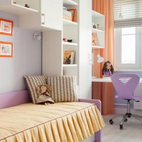 Le lieu de travail de la jeune fille devant la fenêtre de la chambre
