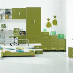 Meubles verts dans une salle blanche