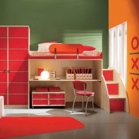Façades rouges sur des meubles modulaires