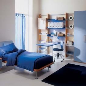 Couverture bleue sur le lit d'un garçon