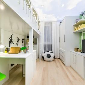 Petite chambre d'enfants avec des meubles blancs