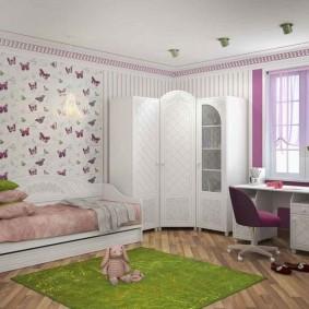 Armoire d'angle dans la chambre de la fille
