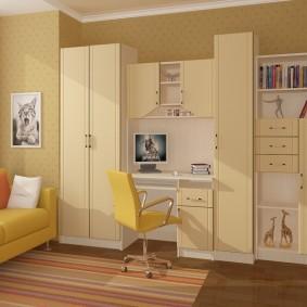 Chaise jaune à l'intérieur d'une chambre d'enfant