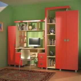 Mur compact avec portes rouges