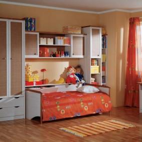 Mur d'enfants avec un lit dans le kit