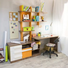 Étagères sur un bureau dans une chambre d'enfants