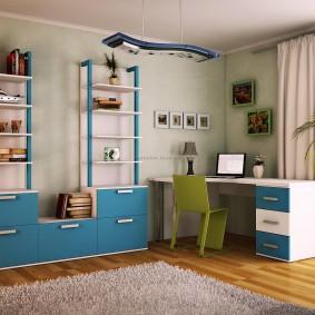 Grand bureau dans le coin de la pièce