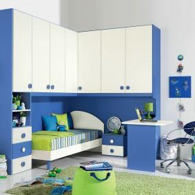 Mobilier blanc et bleu dans une chambre d'étudiant