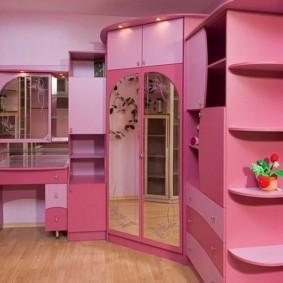 Meubles roses dans la chambre d'une jeune fashionista