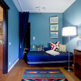Murs bleus dans une chambre