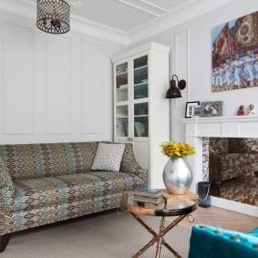Fausse cheminée dans un salon confortable