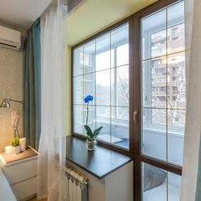 Rideaux sur la fenêtre de la chambre avec balcon