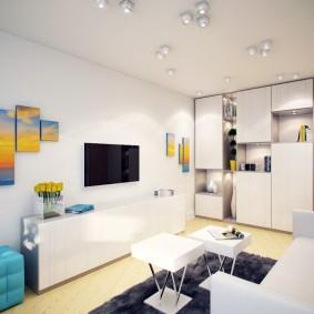 Mobilier clair dans une pièce au plafond blanc