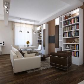 Rangement des livres à l'intérieur du salon
