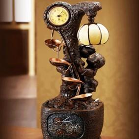 Fontaine décorative de table avec une horloge