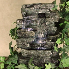 Cascade de bureau en pierre artificielle
