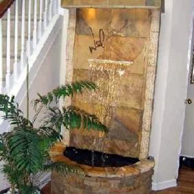 Cascade extérieure près des escaliers dans une maison privée