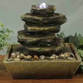 Cascade de table en pierre plate