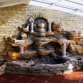 Cascade de pierre dans le hall d'une maison privée