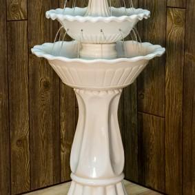 Fontaine intérieure blanche dans le coin de la chambre